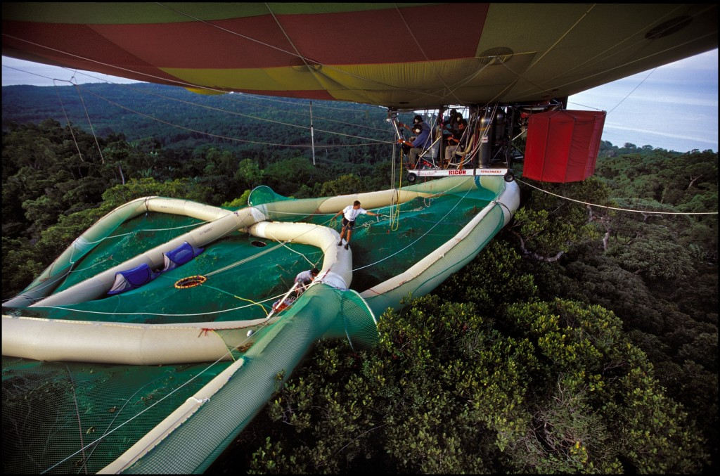 Linking of the dirigible and of the Pretzel, the Treetop Raft. His architect and creator Gilles Ebersolt wait for the cable launched from the dirigible to link it to the raft.
