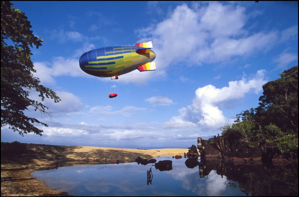 Flight with the dirigible and the sled above the mouth of Tampolo river.